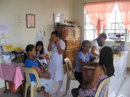 Training student midwives on prenatal care.